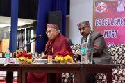 Его Святейшество Далай-лама и ректор Сунил К. Мехта во время ежегодной церемонии вручения наград Правительственного колледжа. Дхарамсала, Индия. 5 декабря 2017 г. Фото: дост. Тензин Джампель.