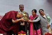 Его Святейшеству Далай-ламе преподносят в дар статуэтку Будды во время ежегодной церемонии вручения наград Правительственного колледжа. Дхарамсала, Индия. 5 декабря 2017 г. Фото: дост. Тензин Джампель.