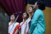 Хор студентов выступает в начале ежегодной церемонии вручения наград Правительственного колледжа. Дхарамсала, Индия. 5 декабря 2017 г. Фото: дост. Тензин Джампель.