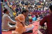 Группа музыкантов исполняет классическую индийскую мелодию в ходе ежегодной церемонии вручения наград Правительственного колледжа с участием Его Святейшества Далай-ламы. Дхарамсала, Индия. 5 декабря 2017 г. Фото: дост. Тензин Джампель.