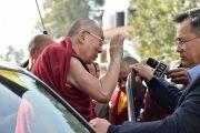 Его Святейшество Далай-лама машет рукой своим почитателям перед отъездом из Правительственного колледжа по завершении ежегодной церемонии вручения наград. Дхарамсала, Индия. 5 декабря 2017 г. Фото: дост. Тензин Джампель.