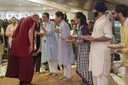 Его Святейшество Далай-лама приветствуют согласно индийским традициям в начале первого дня двухдневных учений, организованных в образовательном комплексе «Сомайя Видьявихар». Мумбаи, штат Махараштра, Индия. 8 декабря 2017 г. Фото: Лобсанг Церинг.
