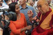 Его Святейшество Далай-лама отвечает на вопросы журналистов, перед тем как отправиться на обед по завершении первого дня учений в образовательном комплексе «Сомайя Видьявихар». Мумбаи, штат Махараштра, Индия. 8 декабря 2017 г. Фото: Джереми Рассел.