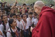 Его Святейшество Далай-лама приветствует учеников по прибытии в образовательный комплекс «Сомайя Видьявихар». Мумбаи, штат Махараштра, Индия. 8 декабря 2017 г. Фото: Лобсанг Церинг.