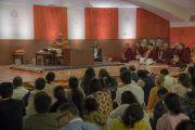 Его Святейшество Далай-лама во время первого дня учений в образовательном комплексе «Сомайя Видьявихар». Мумбаи, штат Махараштра, Индия. 8 декабря 2017 г. Фото: Лобсанг Церинг.