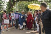 Провожая Его Святейшество Далай-ламу на обед по завершении первого дня учений, Самир Сомайя показывает ему территорию образовательного комплекса. Мумбаи, штат Махараштра, Индия. 8 декабря 2017 г. Фото: Лобсанг Церинг.