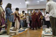 Слушатели почтительно встречают Его Святейшество Далай-ламу в начале первого дня двухдневных учений. Мумбаи, штат Махараштра, Индия. 8 декабря 2017 г. Фото: Лобсанг Церинг.