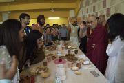 Прибыв на обед по завершении учений, Его Святейшество Далай-лама приветствует организаторов его визита в образовательный комплекс «Сомайя Видьявихар». Мумбаи, штат Махараштра, Индия. 9 декабря 2017 г. Фото: Лобсанг Церинг.