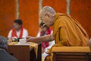 Его Святейшество Далай-лама читает текст в ходе второго дня учений в образовательном комплексе «Сомайя Видьявихар». Мумбаи, штат Махараштра, Индия. 9 декабря 2017 г. Фото: Лобсанг Церинг.