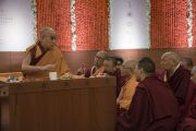 По завершении второго дня учений в образовательном комплексе «Сомайя Видьявихар» Его Святейшество Далай-лама дает наставления буддийским монахам-ученым о важности возрождения древней индийской мудрости. Мумбаи, штат Махараштра, Индия. 9 декабря 2017 г. Фото: Лобсанг Церинг.