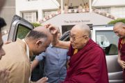 По прибытии в образовательный комплекс «Сомайя Видьявихар» в начале второго дня учений Его Святейшество Далай-лама шутливо приветствует президента комплекса Самира Сомайю. Мумбаи, штат Махараштра, Индия. 9 декабря 2017 г. Фото: Лобсанг Церинг.