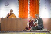 Переводчик Его Святейшества Далай-ламы выполняет перевод с тибетского языка на английский во время второго дня учений в образовательном комплексе «Сомайя Видьявихар». Мумбаи, штат Махараштра, Индия. 9 декабря 2017 г. Фото: Лобсанг Церинг.