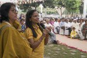 Одна из слушательниц задает вопрос Его Святейшеству Далай-ламе во время лекции в образовательном комплексе «Сомайя Видьявихар». Мумбаи, штат Махараштра, Индия. 10 декабря 2017 г. Фото: Лобсанг Церинг.