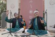 Музыканты исполняют классическую индийскую мелодию перед прибытием Его Святейшества Далай-ламы в образовательный комплекс «Сомайя Видьявихар». Мумбаи, штат Махараштра, Индия. 10 декабря 2017 г. Фото: Лобсанг Церинг.