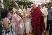Его Святейшество Далай-лама приветствует слушателей по прибытии на площадку учений в образовательном комплексе «Сомайя Видьявихар». Мумбаи, штат Махараштра, Индия. 10 декабря 2017 г. Фото: Лобсанг Церинг.