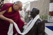 Его Святейшество Далай-лама торжественно открывает статую, посвященную доктору Шантилалу Сомайя, отцу нынешнего президента Самира Сомайя и сыну основателя образовательного комплекса «Сомайя Видьявихар». Мумбаи, штат Махараштра, Индия. 10 декабря 2017 г. Фото: Лобсанг Церинг.