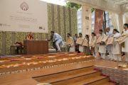 Организаторы благодарят Его Святейшество Далай-ламу по завершении лекции в образовательном комплексе «Сомайя Видьявихар». Мумбаи, штат Махараштра, Индия. 10 декабря 2017 г. Фото: Лобсанг Церинг.