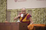 Его Святейшество Далай-лама  пьет чай, слушая вопросы во время лекции в образовательном комплексе «Сомайя Видьявихар». Мумбаи, штат Махараштра, Индия. 10 декабря 2017 г. Фото: Лобсанг Церинг.