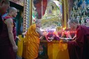 Его Святейшество Далай-лама молится у алтаря в монастыре Дрепунг Лачи. Мундгод, штат Карнатака, Индия. 11 декабря 2017 г. Фото: Лобсанг Церинг.