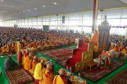 Вид на площадку для философских диспутов монастыря Дрепунг Лоселинг, на которой собрались более 8500 верующих, чтобы послушать наставления Его Святейшества Далай-ламы. Мундгод, штат Карнатака, Индия. 12 декабря 2017 г. Фото: Лобсанг Церинг.