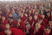 Некоторые из более чем 5000 монахов и монахинь, собравшихся на площадке для философских диспутов монастыря Дрепунг Лоселинг, чтобы послушать наставления Его Святейшества Далай-ламы. Мундгод, штат Карнатака, Индия. 12 декабря 2017 г. Фото: Джереми Рассел.