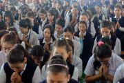 Учащиеся местных школ, собравшиеся на площадке для философских диспутов монастыря Дрепунг Лоселинг, чтобы послушать наставления Его Святейшества Далай-ламы. Мундгод, штат Карнатака, Индия. 12 декабря 2017 г. Фото: Лобсанг Церинг.