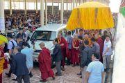 Его Святейшество Далай-лама прибывает на площадку для философских диспутов монастыря Дрепунг Лоселинг. Мундгод, штат Карнатака, Индия. 12 декабря 2017 г. Фото: Лобсанг Церинг.
