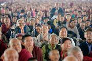 Верующие из местного тибетского сообщества слушают наставления Его Святейшества Далай-ламы на площадке для философских диспутов монастыря Дрепунг Лоселинг. Мундгод, штат Карнатака, Индия. 12 декабря 2017 г. Фото: Лобсанг Церинг.