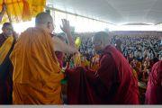 Его Святейшество Далай-лама машет верующим рукой на прощание по завершении учений, организованных на площадке для философских диспутов монастыря Дрепунг Лоселинг. Мундгод, штат Карнатака, Индия. 12 декабря 2017 г. Фото: Лобсанг Церинг.