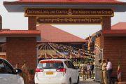 Его Святейшество Далай-лама прибывает на церемонию открытия центра медитации и науки монастыря Дрепунг Лоселинг. Мундгод, штат Карнатака, Индия. 14 декабря 2017 г. Фото: Джереми Рассел.