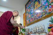 Его Святейшество Далай-лама возжигает масляную лампаду во время церемонии открытия центра медитации и науки монастыря Дрепунг Лоселинг. Мундгод, штат Карнатака, Индия. 14 декабря 2017 г. Фото: Лобсанг Церинг.
