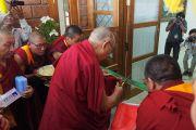 Его Святейшество Далай-лама перерезает ленточку в знак открытия центра медитации и науки монастыря Дрепунг Лоселинг. Мундгод, штат Карнатака, Индия. 14 декабря 2017 г. Фото: Джереми Рассел.