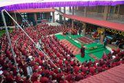 Монахи, собравшиеся на церемонии открытия центра медитации и науки монастыря Дрепунг Лоселинг, слушают наставления Его Святейшества Далай-ламы. Мундгод, штат Карнатака, Индия. 14 декабря 2017 г. Фото: Лобсанг Церинг.