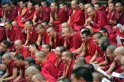Некоторые из более 400 монахов, собравшихся на церемонии открытия центра медитации и науки монастыря Дрепунг Лоселинг с участием Его Святейшества Далай-ламы. Мундгод, штат Карнатака, Индия. 14 декабря 2017 г. Фото: Лобсанг Церинг.
