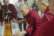 Монах-студент проводит эксперимент в присутствии Его Святейшества Далай-ламы в ходе церемонии открытия центра медитации и науки монастыря Дрепунг Лоселинг. Мундгод, штат Карнатака, Индия. 14 декабря 2017 г. Фото: Джереми Рассел.