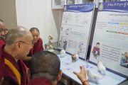 Его Святейшество Далай-лама рассматривает выставку в новом центре медитации и науки монастыря Дрепунг Лоселинг. Мундгод, штат Карнатака, Индия. 14 декабря 2017 г. Фото: Джереми Рассел.