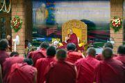 Его Святейшество Далай-лама дарует наставления во время церемонии открытия центра медитации и науки монастыря Дрепунг Лоселинг. Мундгод, штат Карнатака, Индия. 14 декабря 2017 г. Фото: Лобсанг Церинг.