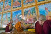 Его Святейшество Далай-лама возжигает масляную лампаду у изображений великих пандит Наланды во время церемонии открытия новой площадки для философских диспутов в женском монастыре Джангчуб Чолинг. Мундгод, штат Карнатака, Индия. 15 декабря 2017 г. Фото: Лобсанг Церинг.