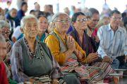 Местные жители слушают наставления Его Святейшества Далай-ламы во время церемонии открытия новой площадки для философских диспутов в женском монастыре Джангчуб Чолинг. Мундгод, штат Карнатака, Индия. 15 декабря 2017 г. Фото: Лобсанг Церинг.