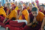 Монахини слушают наставления Его Святейшества Далай-ламы во время церемонии открытия новой площадки для философских диспутов в женском монастыре Джангчуб Чолинг. Мундгод, штат Карнатака, Индия. 15 декабря 2017 г. Фото: Лобсанг Церинг.