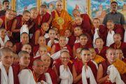 Его Святейшество Далай-лама фотографируется с монахинями женского монастыря Джангчуб Чолинг по завершении церемонии открытия новой площадки для философских диспутов. Мундгод, штат Карнатака, Индия. 15 декабря 2017 г. Фото: Джереми Рассел.