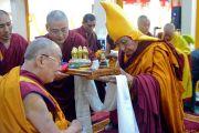 Ганден Трипа совершает традиционные подношения Его Святейшеству Далай-ламе в ходе церемонии приветствия в монастыре Ганден Лачи. Мундгод, штат Карнатака, Индия. 15 декабря 2017 г. Фото: Лобсанг Церинг.