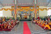 Его Святейшество Далай-лама дарует наставления в ходе церемонии открытия новой площадки для философских диспутов в женском монастыре Джангчуб Чолинг. Мундгод, штат Карнатака, Индия. 15 декабря 2017 г. Фото: Лобсанг Церинг.
