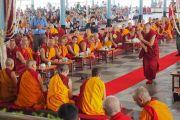 Монахини женского монастыря Джангчуб Чолинг проводят философский диспут в присутствии Его Святейшества Далай-ламы. Мундгод, штат Карнатака, Индия. 15 декабря 2017 г. Фото: Джереми Рассел.
