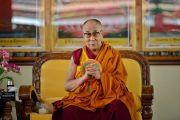 Его Святейшество Далай-лама наблюдает за тем, как монахини женского монастыря Джангчуб Чолинг проводят философский диспут. Мундгод, штат Карнатака, Индия. 15 декабря 2017 г. Фото: Лобсанг Церинг.