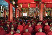 Монахи и монахини, собравшиеся в монастыре Ганден Шарце, смотрят трансляцию учений Его Святейшества Далай-ламы, организованных в монастыре Ганден Лачи. Мундгод, штат Карнатака, Индия. 17 декабря 2017 г. Фото: Лобсанг Церинг.