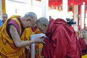 Перед началом учений в монастыре Ганден Лачи Его Святейшество Далай-лама приветствует старших монахов. Мундгод, штат Карнатака, Индия. 17 декабря 2017 г. Фото: Лобсанг Церинг.