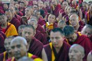 Монахи слушают учения Его Святейшества Далай-ламы в монастыре Ганден Лачи. Мундгод, штат Карнатака, Индия. 17 декабря 2017 г. Фото: Лобсанг Церинг.