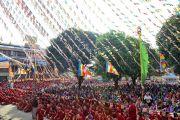 Вид на двор между монастырями Ганден Лачи и Ганден Шарце во время учений Его Святейшества Далай-ламы, на которые собралось более 8000 тибетцев и жителей Гималайского региона. Мундгод, штат Карнатака, Индия. 17 декабря 2017 г. Фото: Лобсанг Церинг.