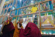 Его Святейшество Далай-лама у священных изображений в монастыре Ганден Лачи. Мундгод, штат Карнатака, Индия. 17 декабря 2017 г. Фото: Лобсанг Церинг.